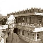 Sri Sri in front of Poornaprajna Vidyapeetham, Bangalore