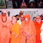Sri Sri Swamiji, along with Sri L.K.Advani, Sri Sri Suttur Seer, and Sri Sri Siddagange Seer